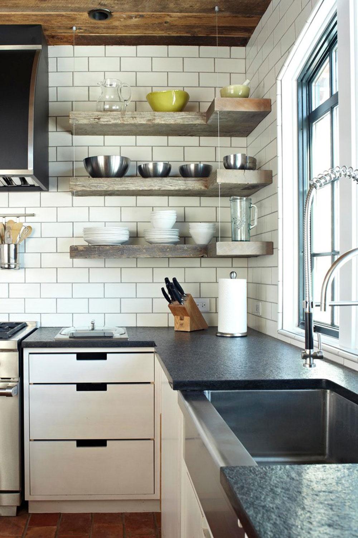 European-Cottage-by-bba-ARCHITEKTEN Använd hörnhyllor för att få ut det mesta av ditt kök