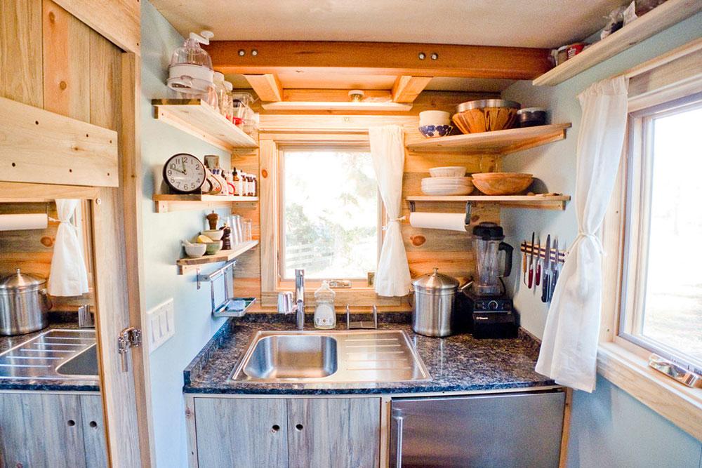 Tiny-House-Kitchen-by-The-Tiny-Project-Använd hörnhyllor för att få ut det mesta av ditt kök
