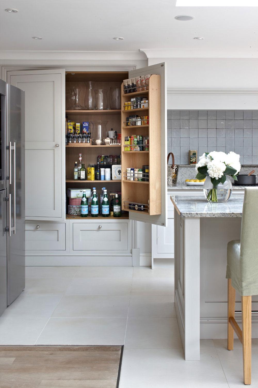 Surrey-skräddarsydda-traditionella-shaker-kök-av-brayer-design Pantry Cabinet Idéer: Hyllor och förvaringsidéer för ditt kök