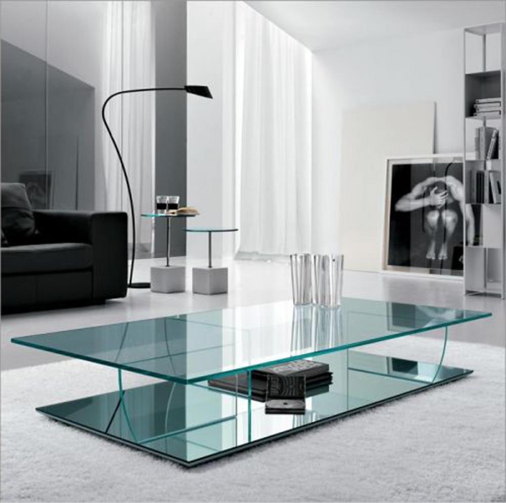 Modernt-glas-soffbord-i-det-minimalistiska-huset 6 Vackra glasprodukter för att förbättra din inredningsdesign på ett modernt sätt