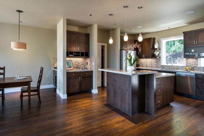 82285452924 Hus med natursten och trä exteriör och en avancerad interiör