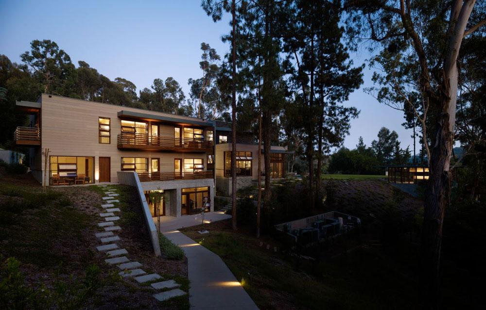 Lyxigt hem omgivet av träd som kompletterar dess eleganta möbler.  19 Lyxigt hem omgivet av träd som kompletterar dess eleganta möbler