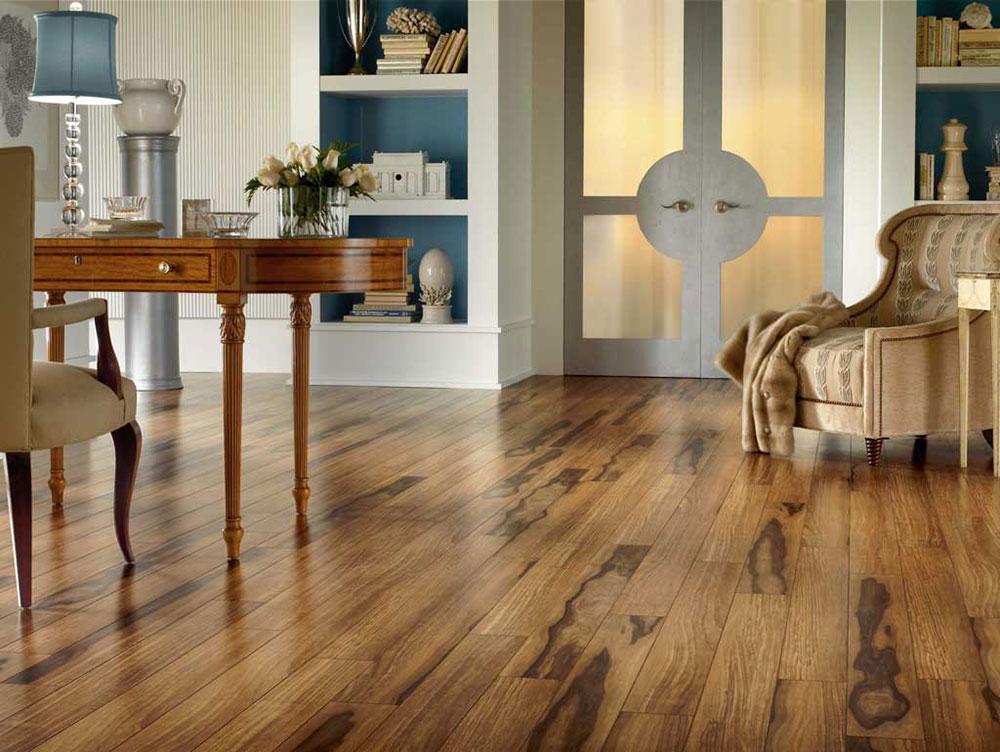 Rustikt hemmakontorgolv Väger upp de olika golvbeläggningarna och bestämmer vilken som är bäst för dig