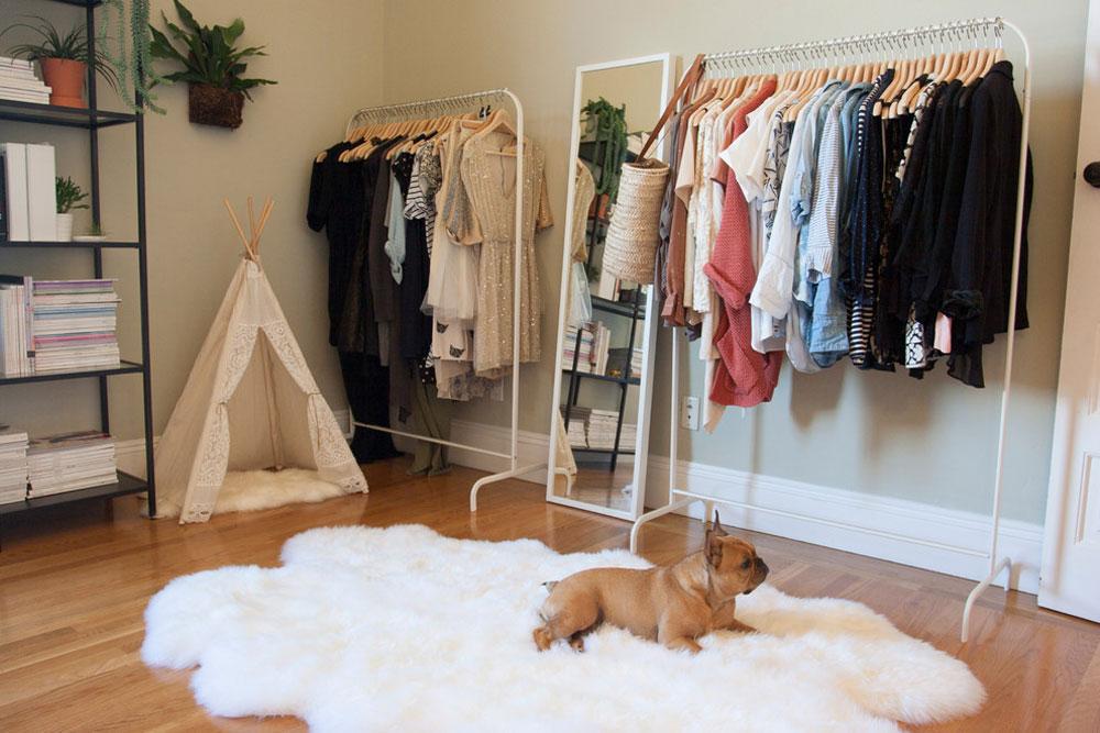 Eklektiskt sovrum-av-Le-Klein klädställning idéer att prova (hängande, fristående, trä, metall)