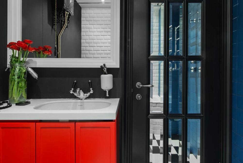 Red-Bathroom-by-M-Kunyakina Röda badrumsidéer: mattor, tillbehör och dekor