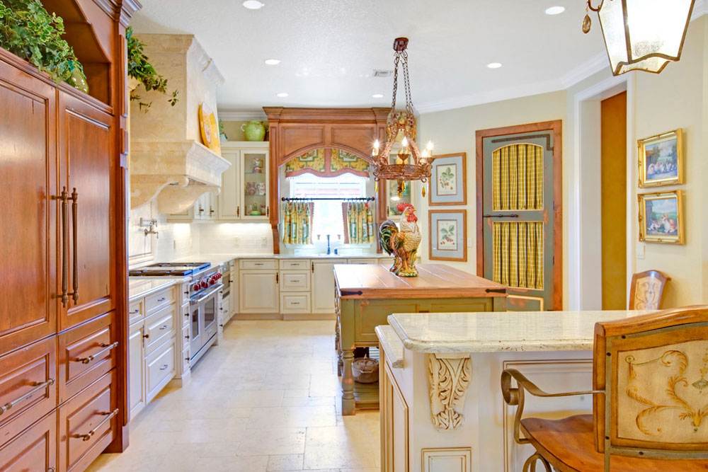 French Country Kitchen av Sunscape-Homes-Inc-2 French Country Kitchen: Inredning, skåp, idéer och gardiner