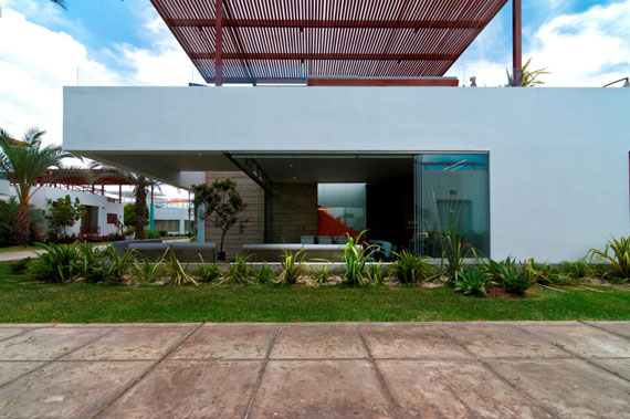 48203009951 Modernt hus Casa Seta designat av Martin Dulanto
