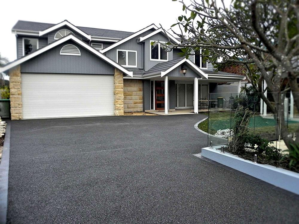 Modernt grått hus med en matchande uppfart - 5 enkla tips för den perfekta uppfarten