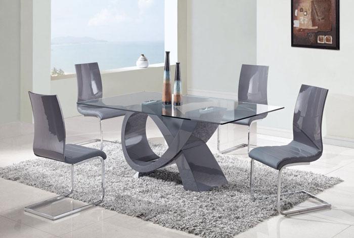 67958776633 Matbord i glas för att ge din interiör en modern touch