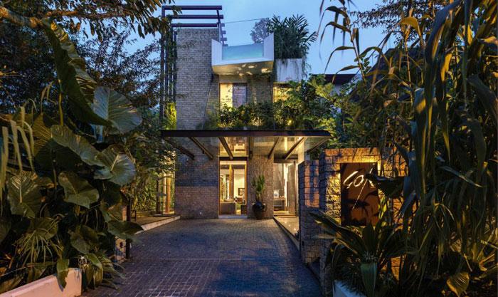 82288455991 Hus med en liten bit natur i bakgården