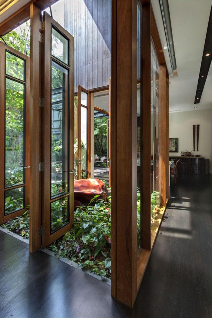 82288393672 Hus med en liten bit natur i bakgården