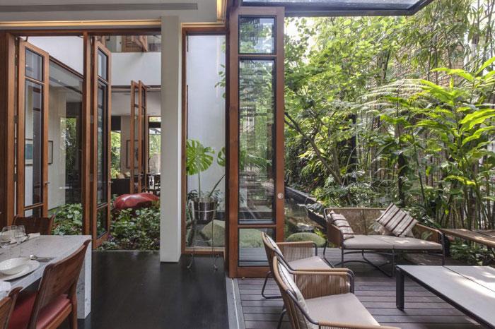 82288383856 Hus med en liten bit natur i bakgården