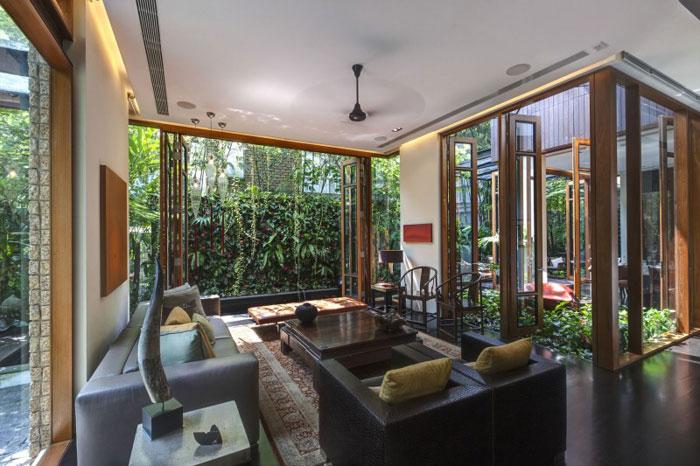 82288423896 Hus med en liten bit natur i bakgården