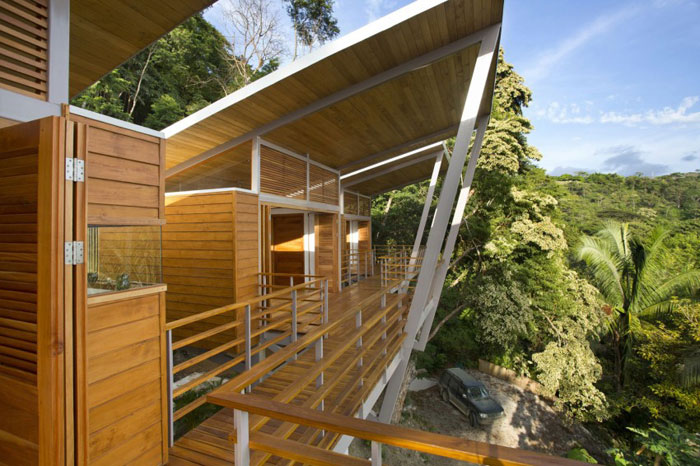 82975043359 Modernt hus med många träelement i sluttningen