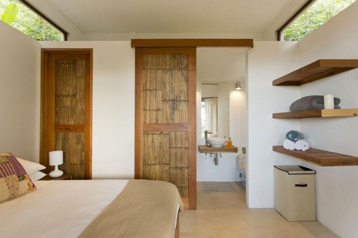 82975183571 Modernt hus med massor av träelement i sluttningen