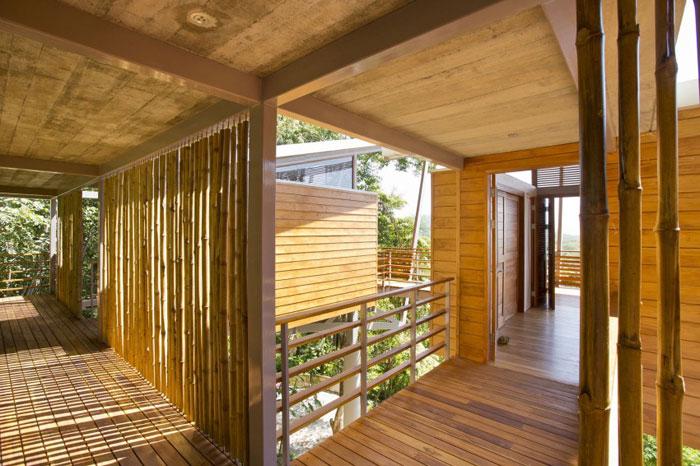 82975157599 Modernt hus med massor av träelement i sluttningen