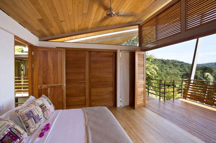 82975167807 Modernt hus med massor av träelement i sluttningen