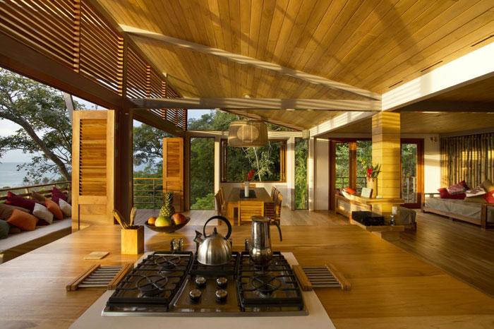 82975140077 Modernt hus med många träelement i sluttningen