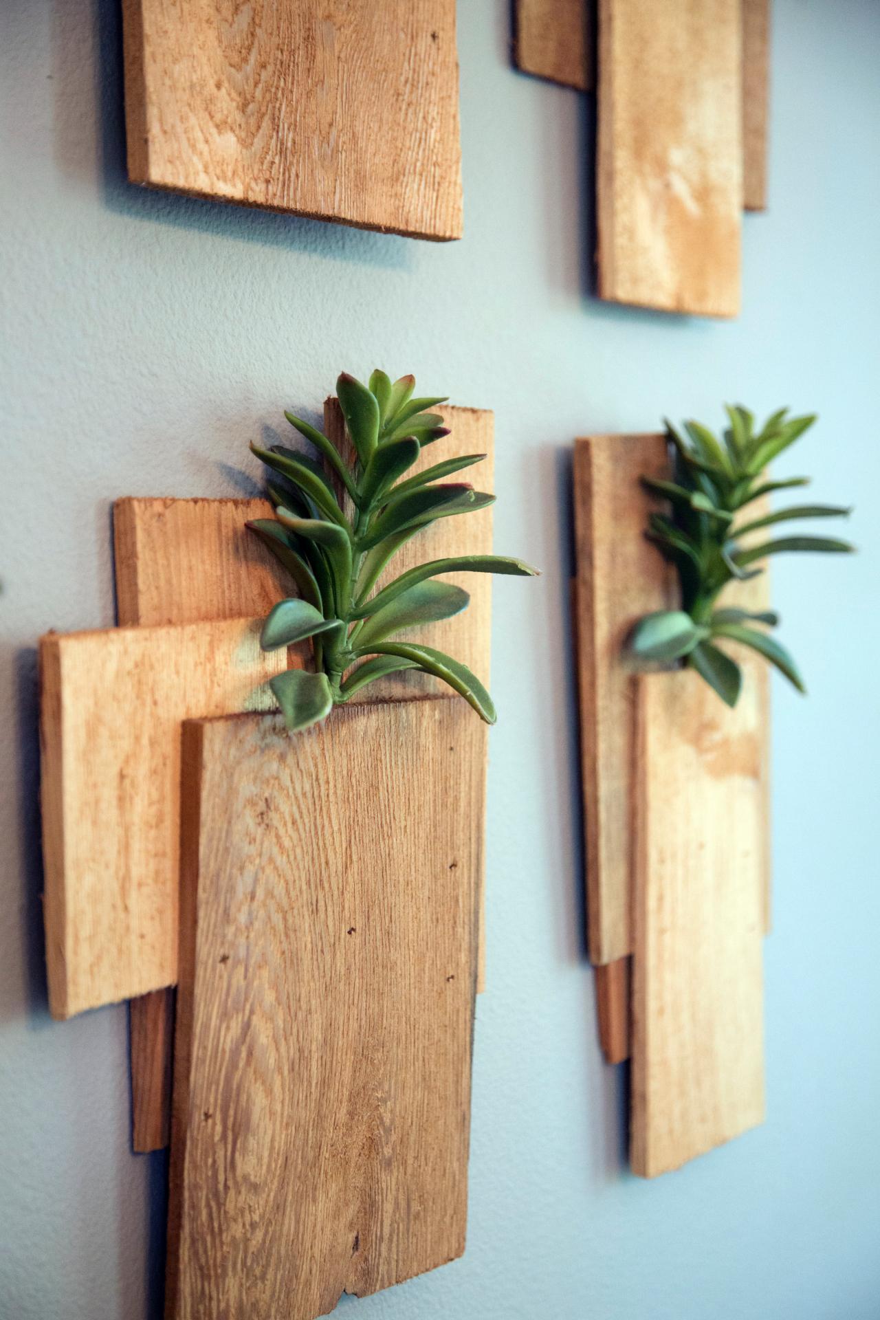 Träplankor och suckulenter som väggdekor