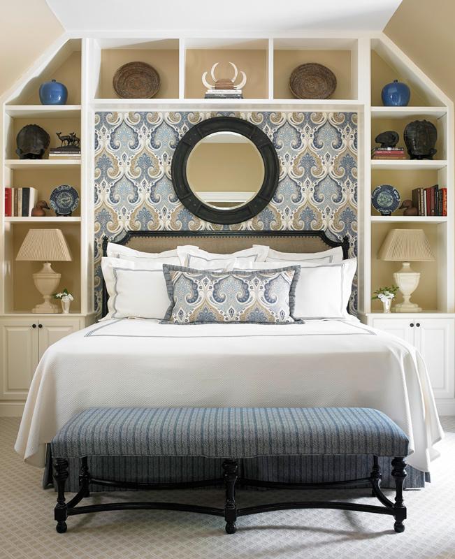 Vem sa att utrymmet bakom sängen är oanvändbart?  Du kan passa massor av