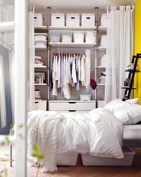 Med IKEA-lagringsenheter kan du skapa en fullt fungerande garderob som tar upp allt utrymme du vill ha
