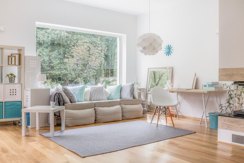 Enkelt vitt modernt vardagsrum