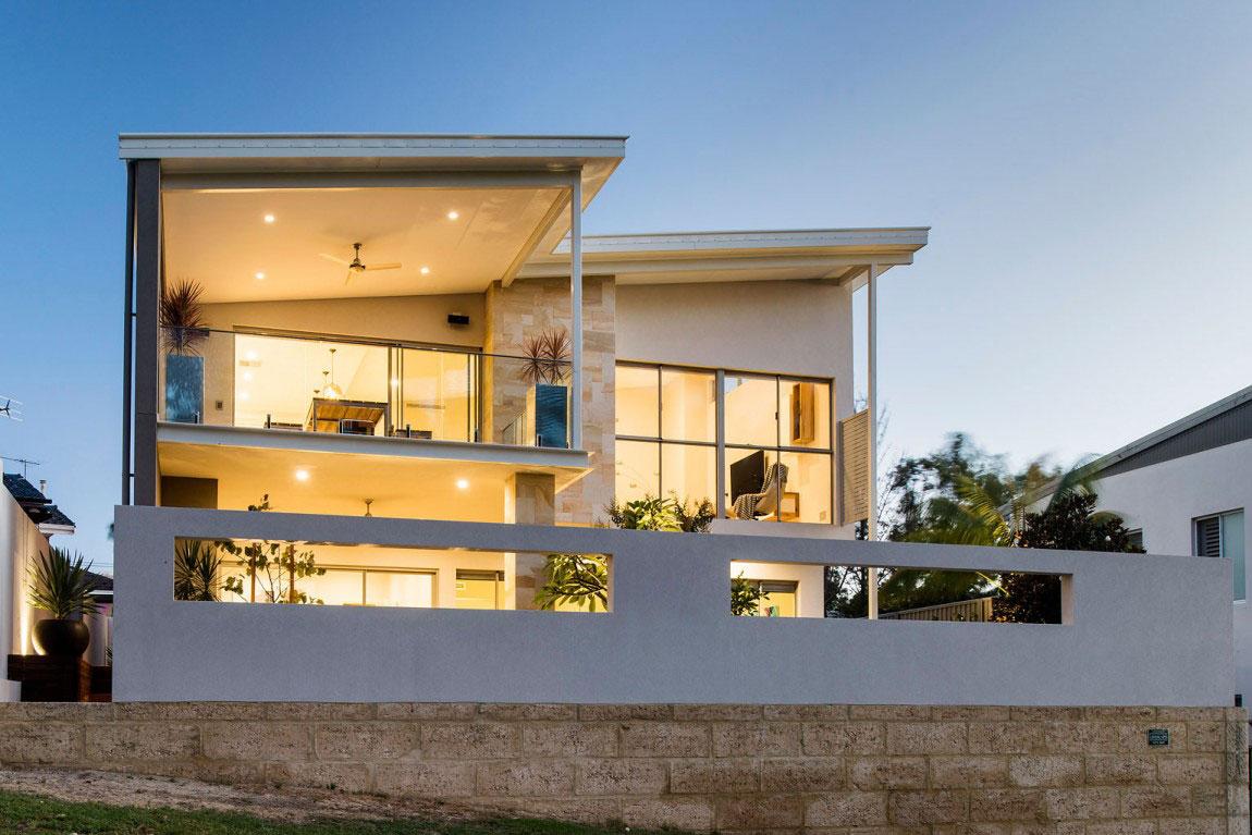 Ett prickigt hus med ett överflöd av fönster designat av bostadsinställningar 1 Ett prickigt hus med ett överflöd av fönster designat av bostadsinställningar
