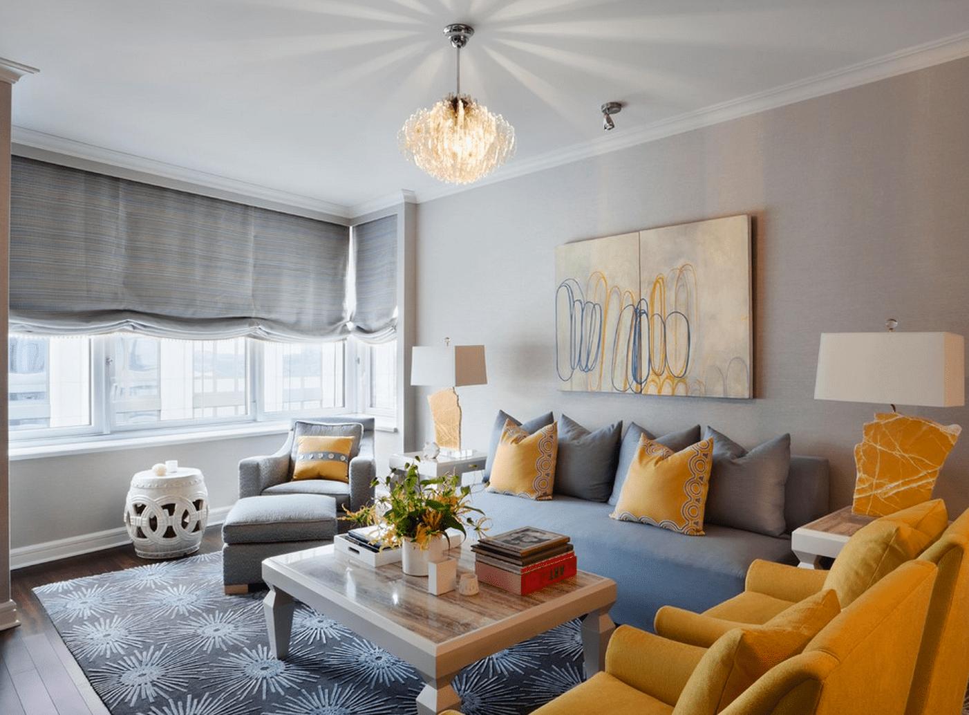 Underbart grått och gult vardagsrum