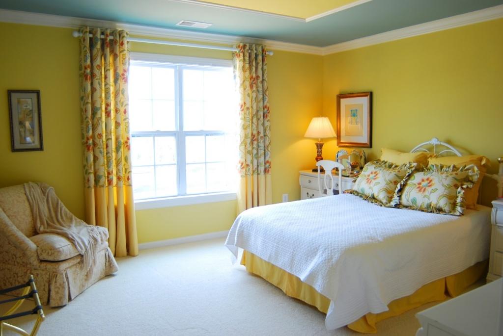Bekvämt gult sovrum