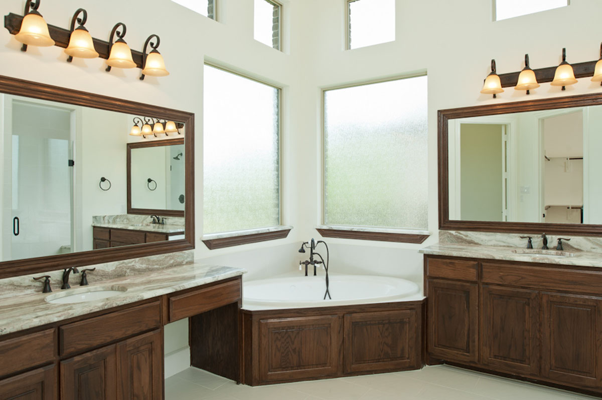 Klassiskt brunt badrum