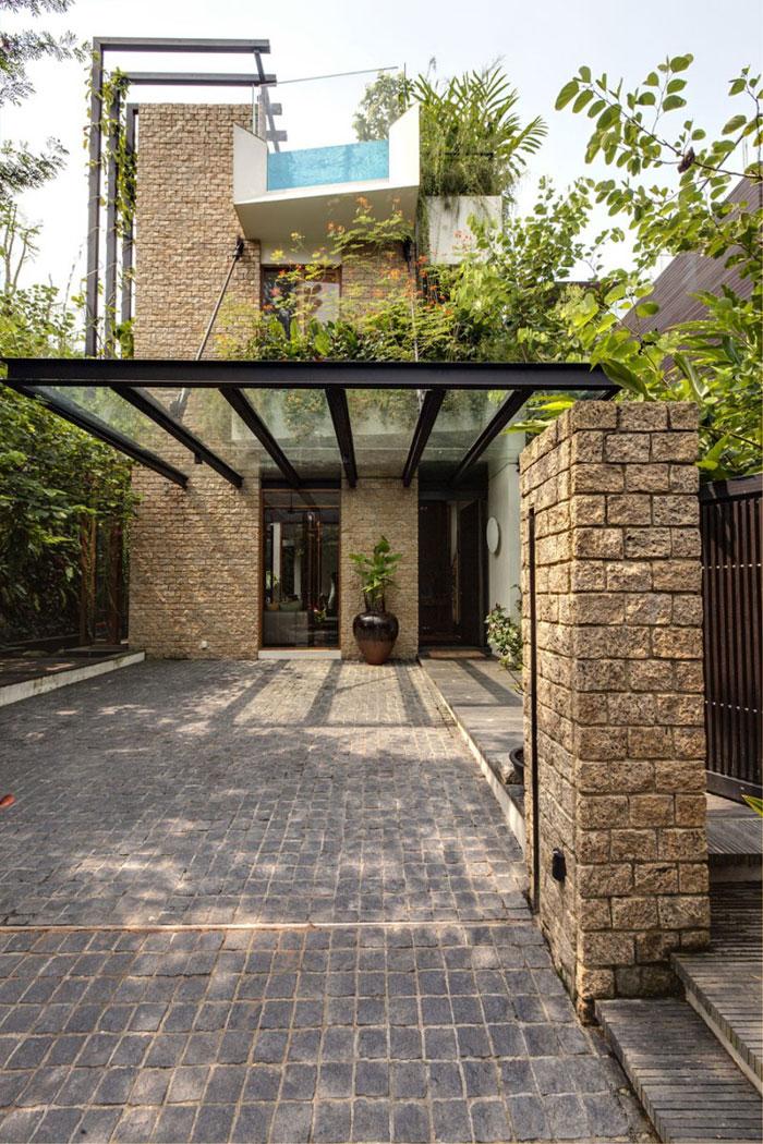 82288361471 Hus med en liten bit natur i bakgården