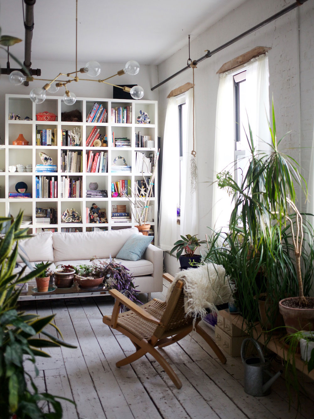 Brooklyn-krukväxter-fyllda-loft-ljus-lounge-stol-bokhylla Kreativa idéer för att dekorera med blommor