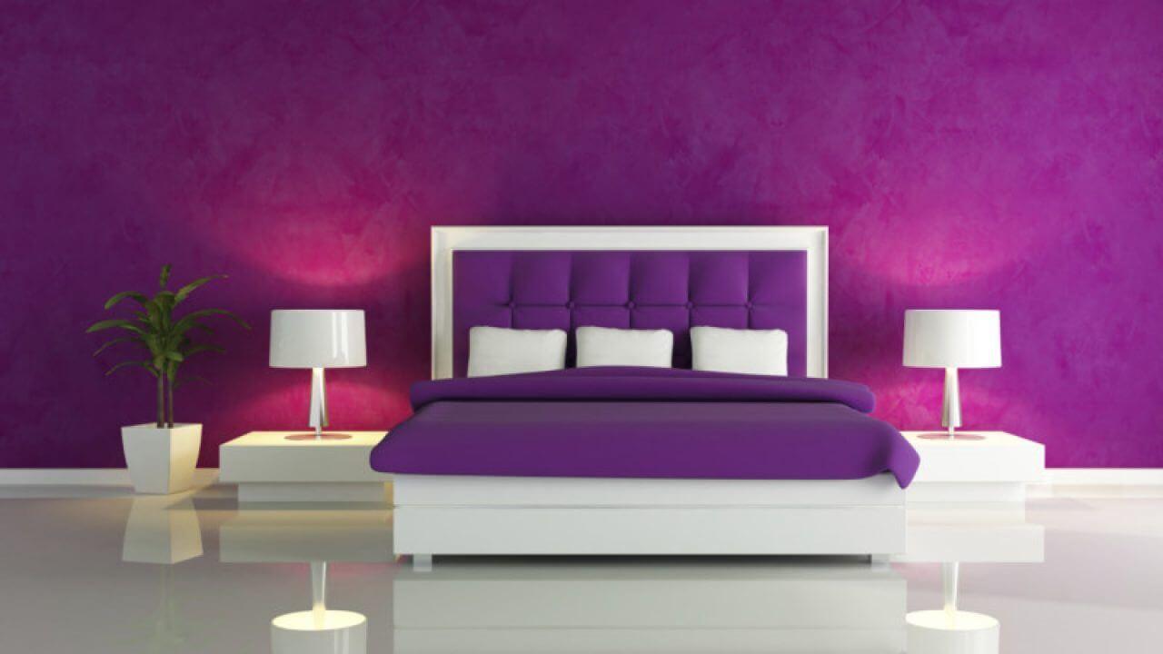 Minimalistiskt lila sovrum