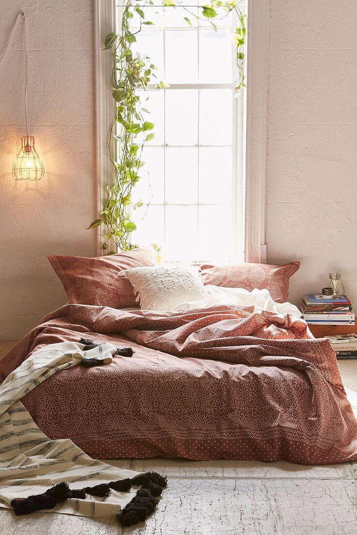 Varmt minimalistiskt sovrum