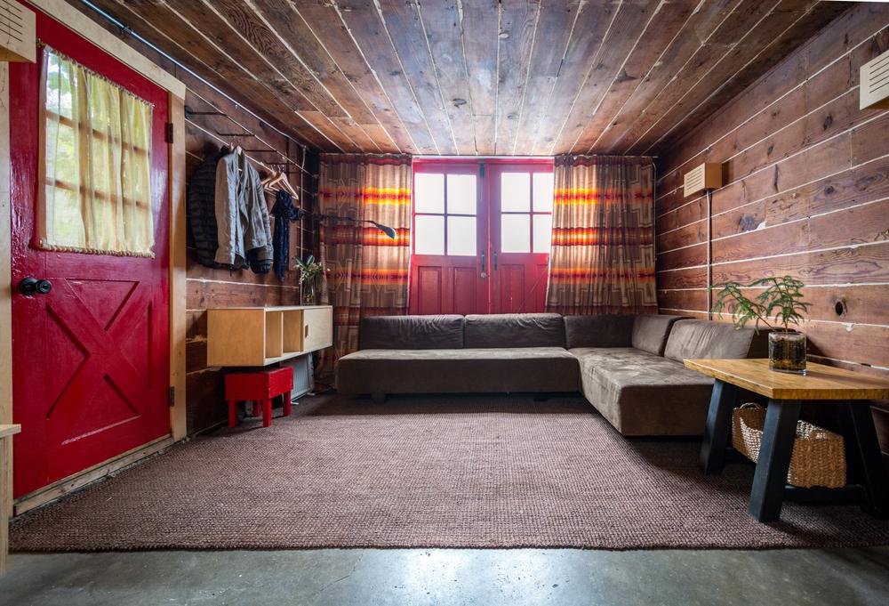 Rustikt rött och brunt vardagsrum