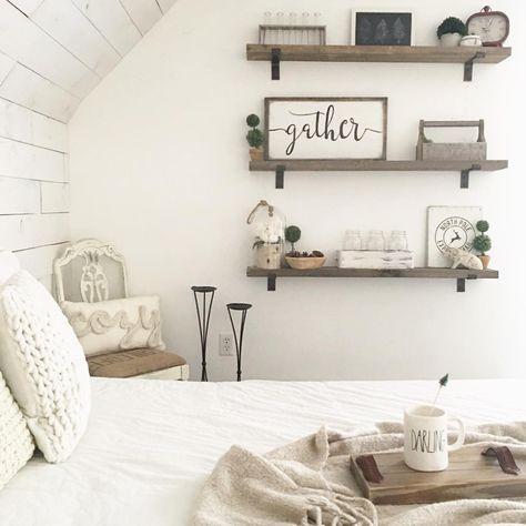 Pin av Dena Rowe på Bloggar & Instagram    Bondgård sovrum inredning, bondgård sovrum, hyllor i sovrummet