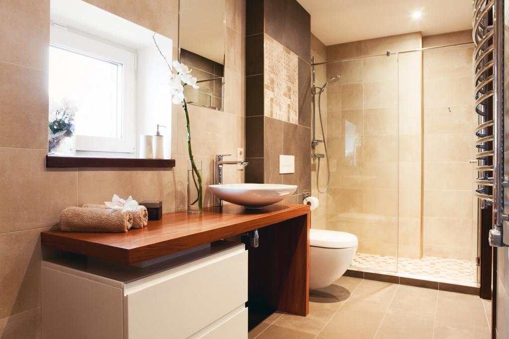 Trevligt ljusbrunt badrum