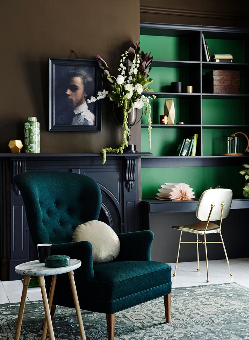 Blågrönt vardagsrum med vingstol