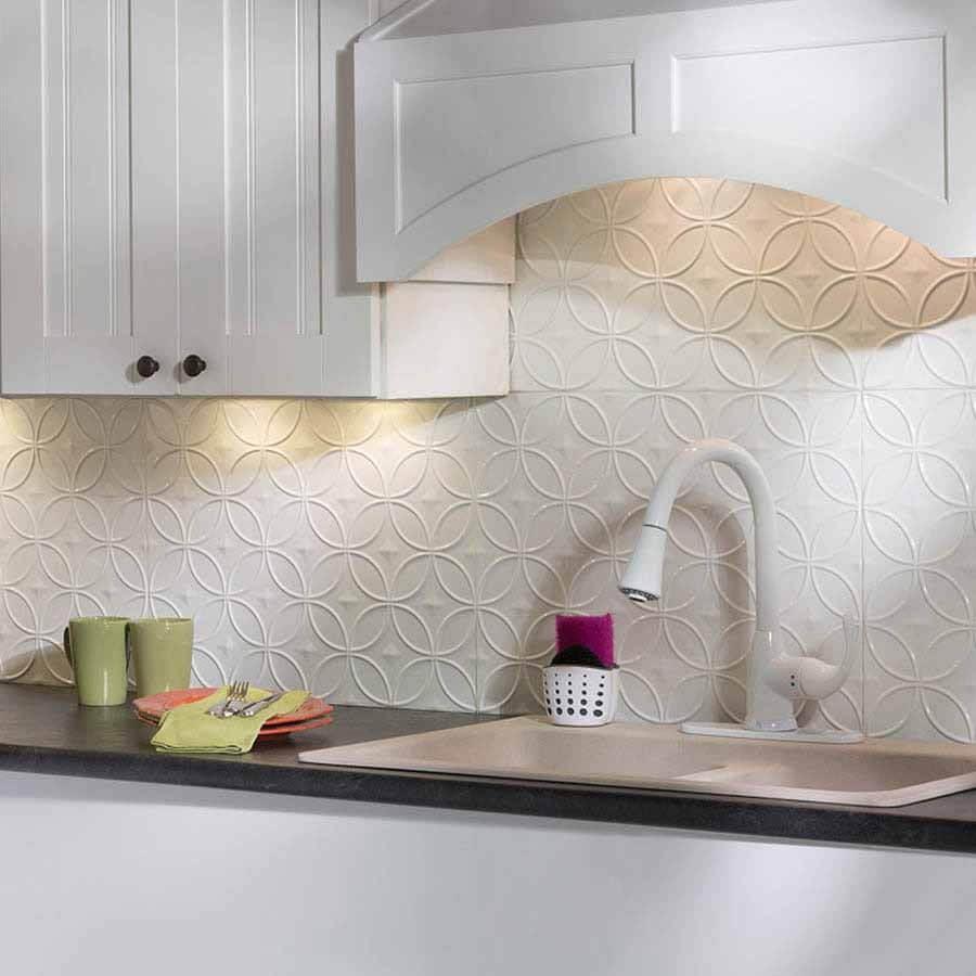 Ett kök med en elegant Fasade Panel White Backsplash