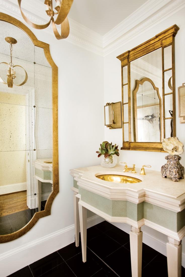 Attraktivt badrum i vitt och guld