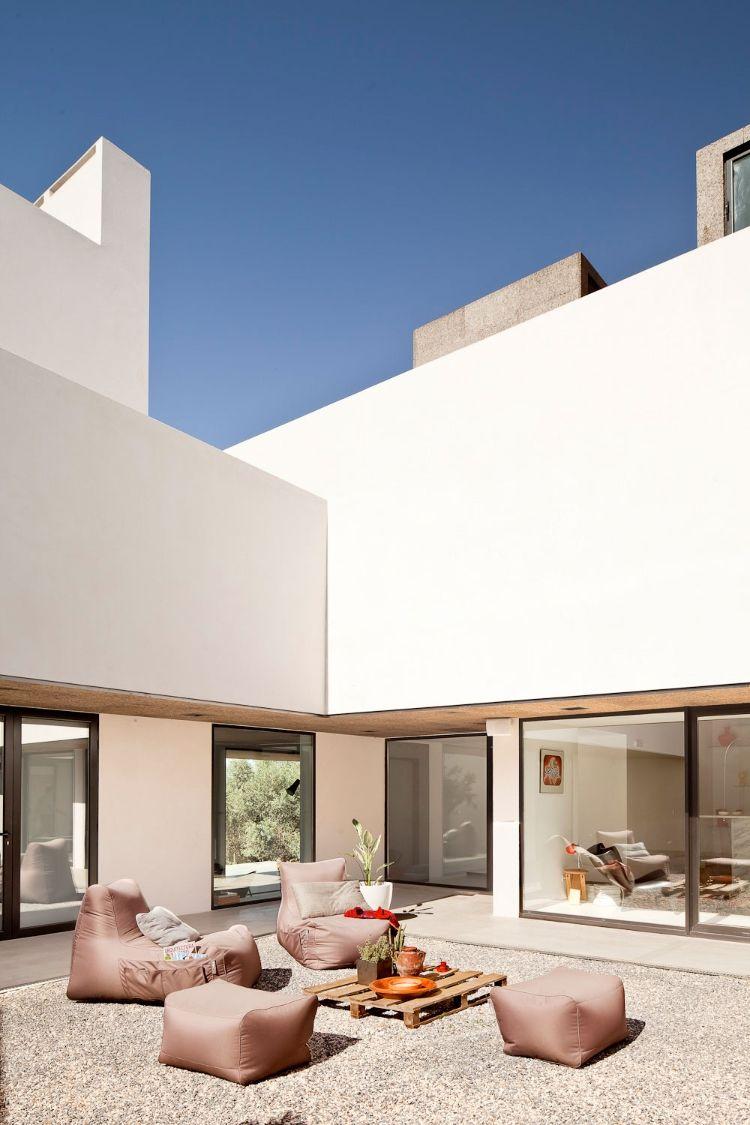 Alla vita väggar Villa Extramuros i Arraiolos Designad av Vora Arquitectura