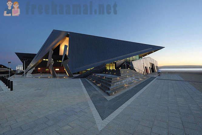 Arkitektur utställning: byggnader med skarpa vinklar