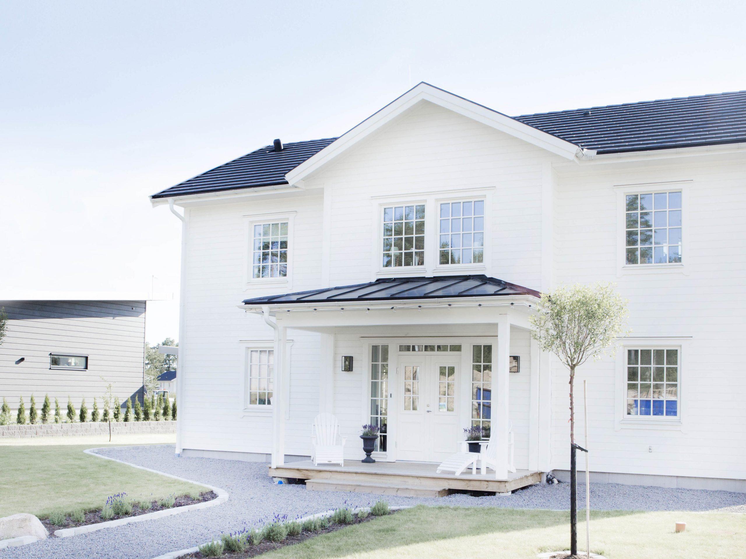 Attraktivt hus med balanserad arkitektur och inredning
