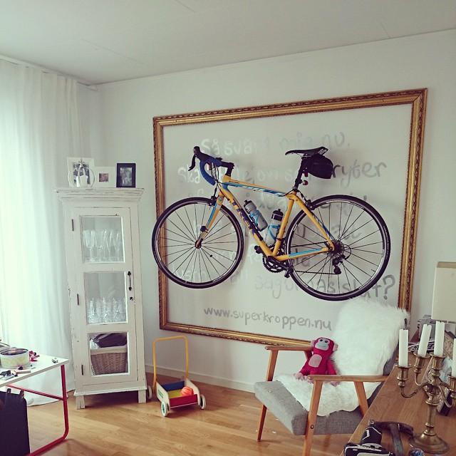 Cykel monterad på väggen