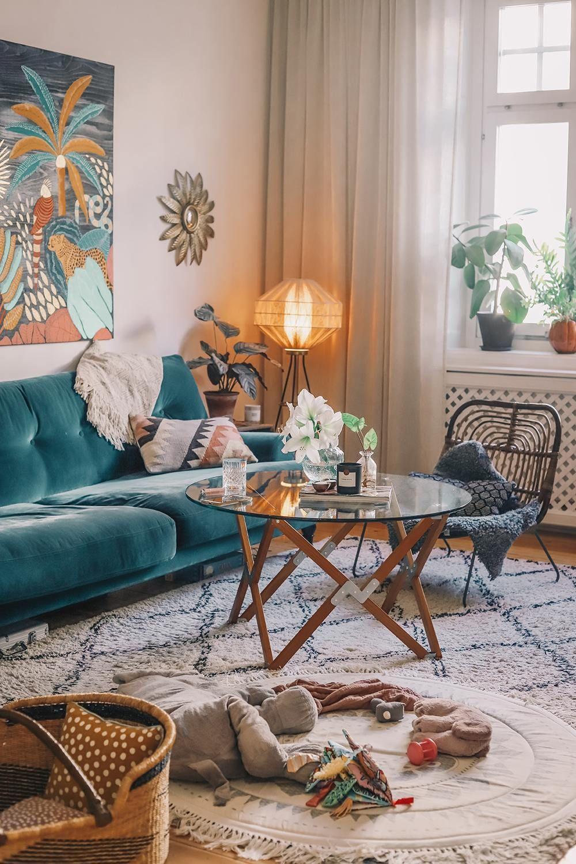 Den vackra interiören i det rustika vardagsrummet