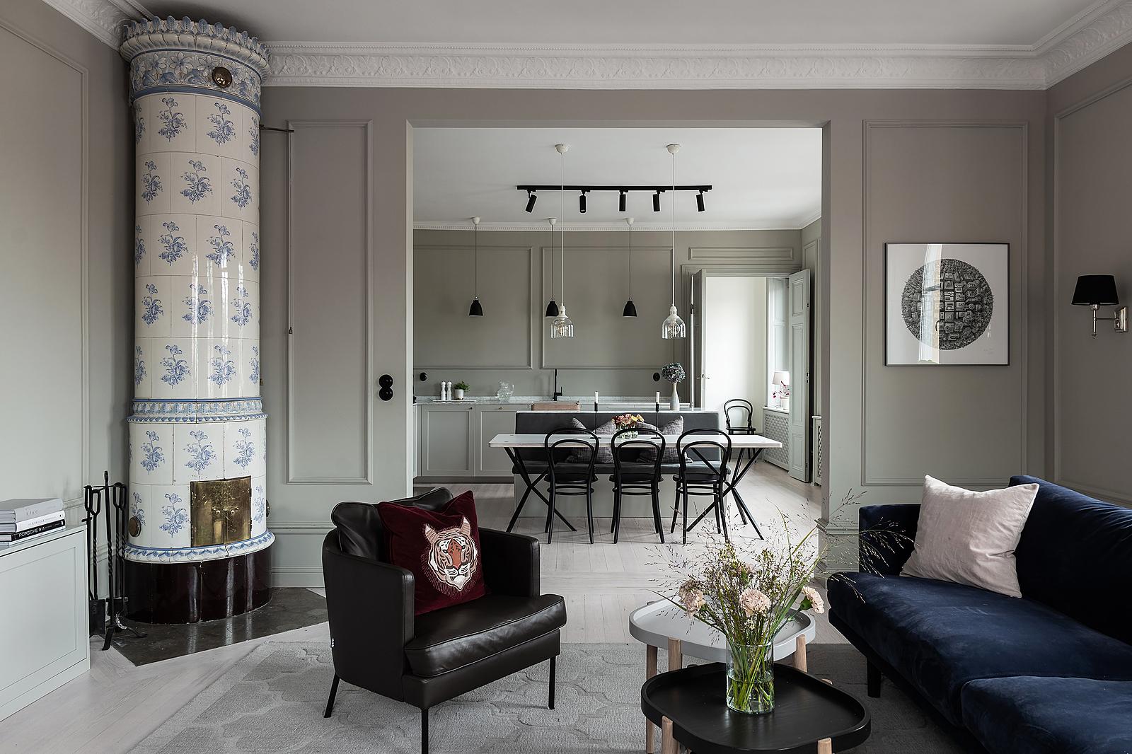 Elegant och bekvämt hem med en blandning av moderna och rustika stilar