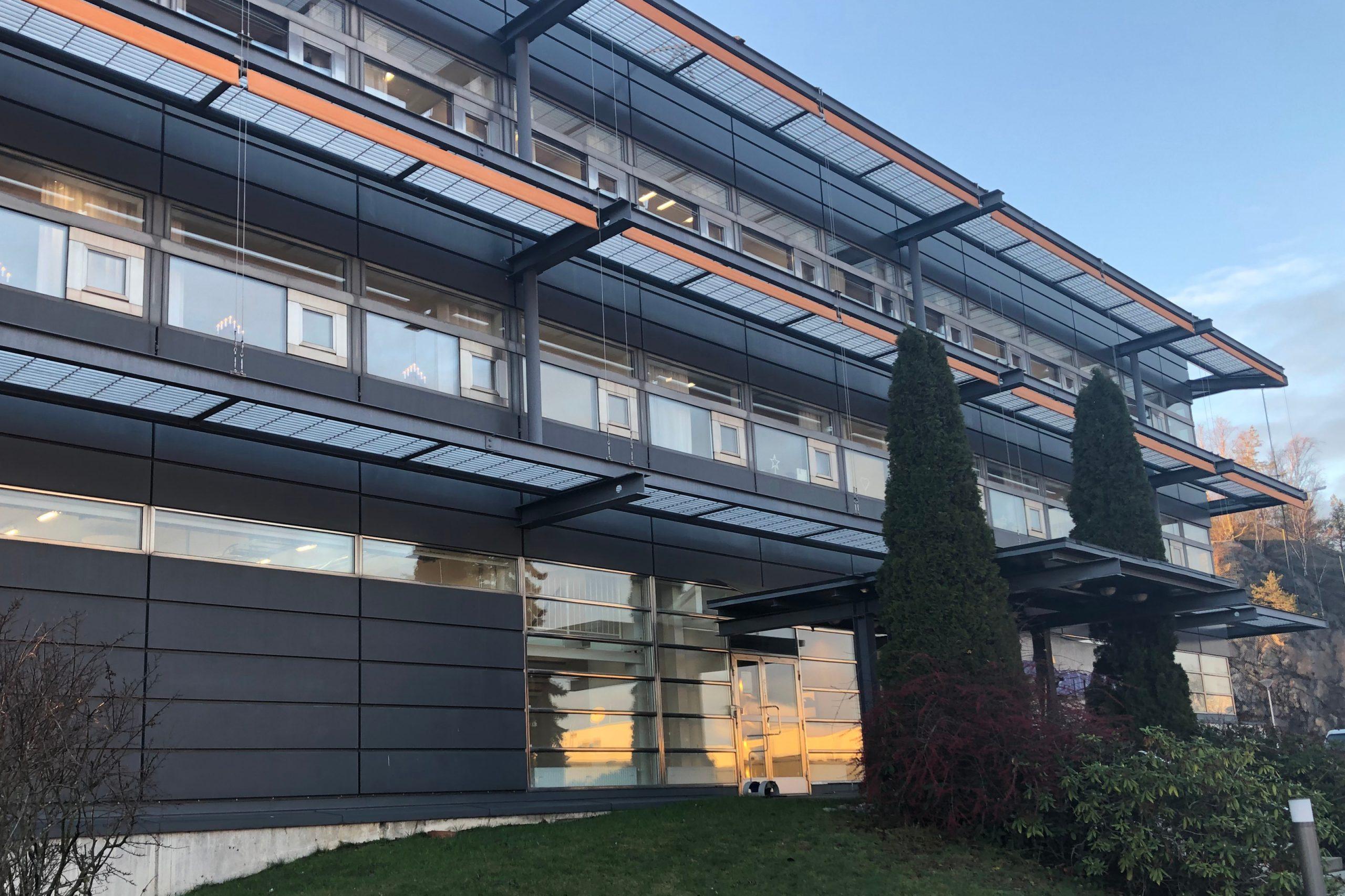 Ett iögonfallande hem med ett överflöd av fönster designade av bostadsmiljöer