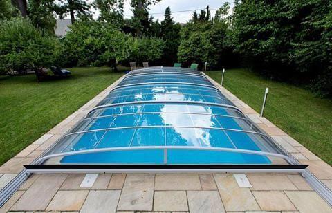 För- och nackdelar med att ha en pool i din trädgård