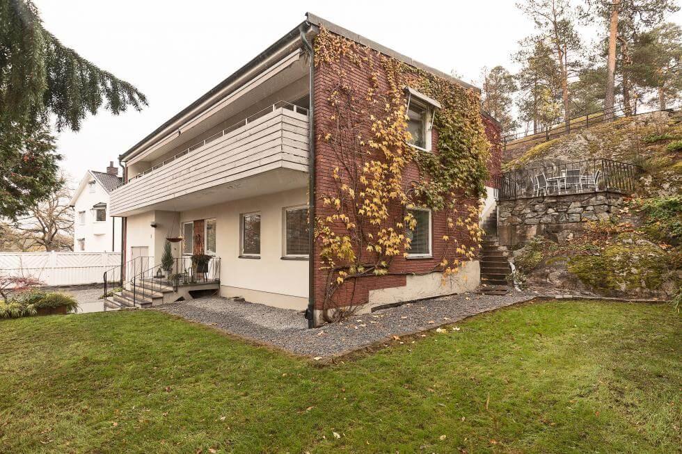 Hus med natursten och trä exteriör och en avancerad interiör