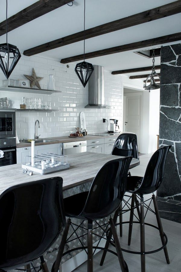 Idéer för industriellt kök: skåp, hyllor, stolar och belysning